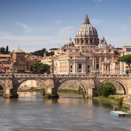 Pogled na Trg i kupolu bazilike sv. Petra u Rimu